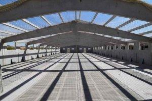 Estructura prefabricada de hormigón en tres piezas para el alojamiento de ganado porcino de engorde.