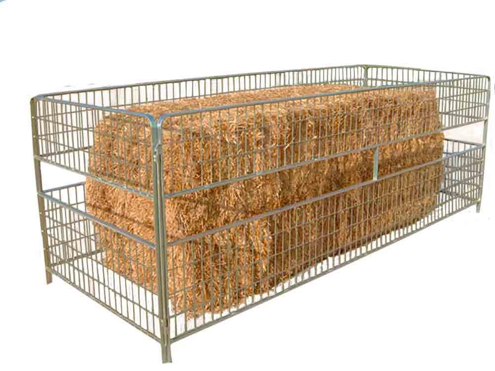 Forrajera de paca grande para alimentación de ganado ovino a libre disposición siendo un material fabricado en acero galvanizado de gran durabilidad y resistencia.