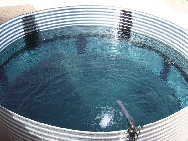 depósito de agua de chapa galvanizada. llenando agua