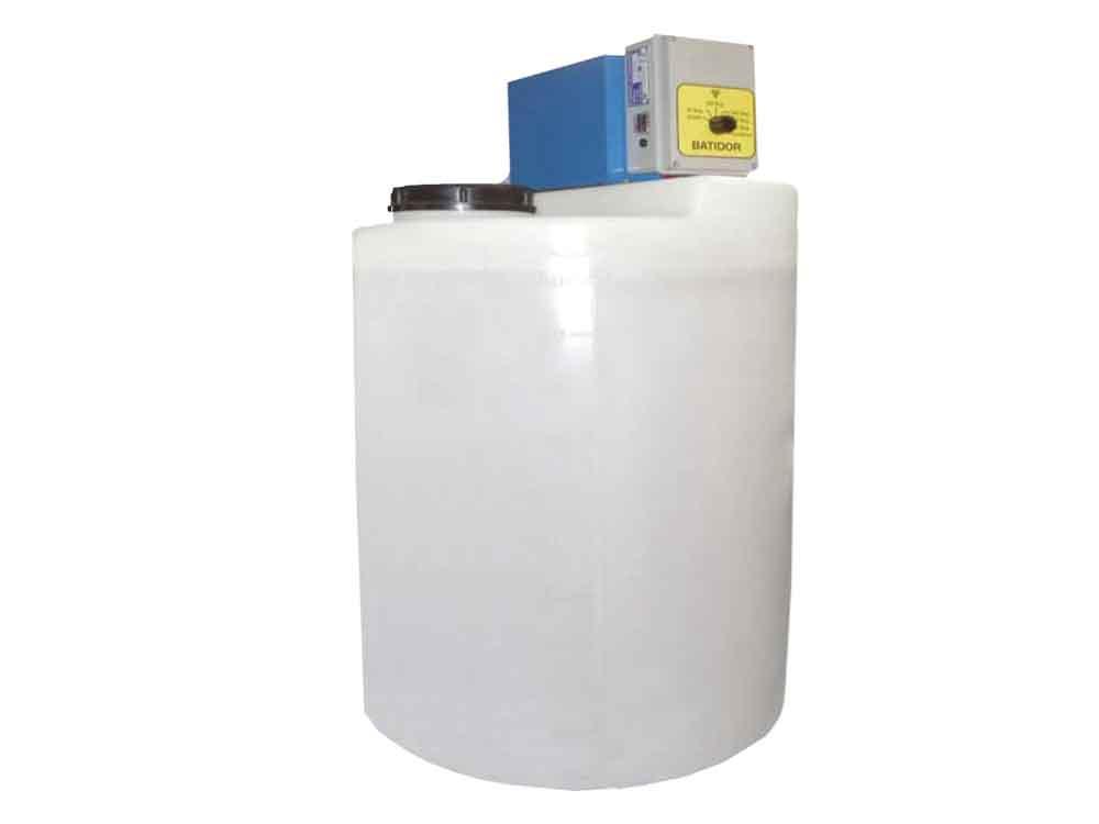 Depósito de 120 litros para mezclar medicamento utilizando una bomba inyectora para su aplicacion mediante conexión en 12V y 220V