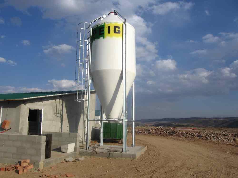 Silo de poliéster para pienso con cono alargado, para guardar harina, pienso o grano en cualquier tipo de material destinado a la producción animal.