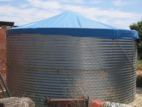 depósito de agua dos metros de alto con cubierta de lona