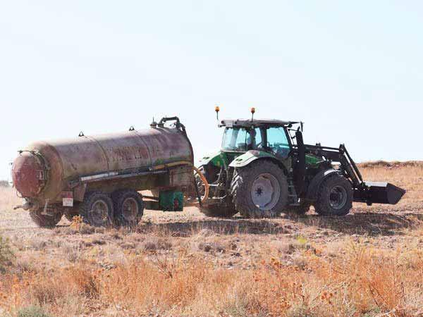 Tractor con cuba de agua.